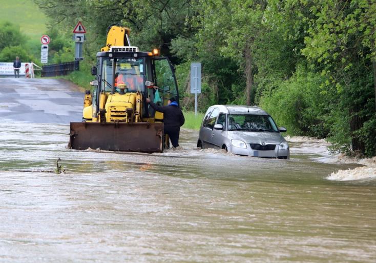 Vízben rekedt járművekből mentettek ki embereket a tűzoltók