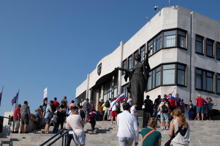 A tüntetők kijelentették, hogy nem hajlandóak távozni, a rendőrök viszont elkezdték őket kiszorítani a bejárat elől (FOTÓK)