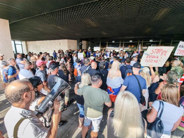 Kollár szerint fatális kudarcot vallott a rendőrség, a parlament előtt tüntető tömeg egészen a bejáratig nyomult! (VIDEÓ)