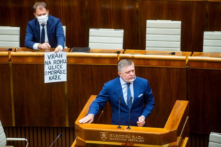 """Matovič megint parádézott a parlamentben: helyben megalkotta a """"díszletet"""" Fico beszédéhez"""