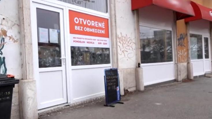 Magasról tesz az intézkedésekre egy szlovákiai bár – a vendégeknek nem kell szájmaszkot viselniük és bent is ehetnek, ihatnak