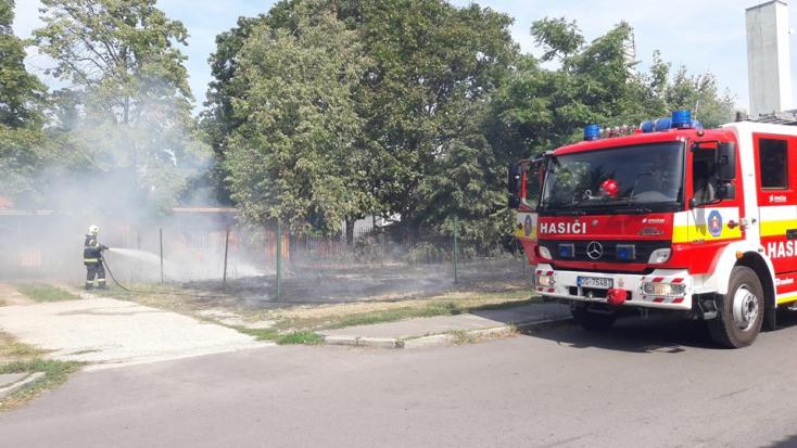 Tűzeset Dunaszerdahelyen - száraz fű lángolt a Rózsaligetben