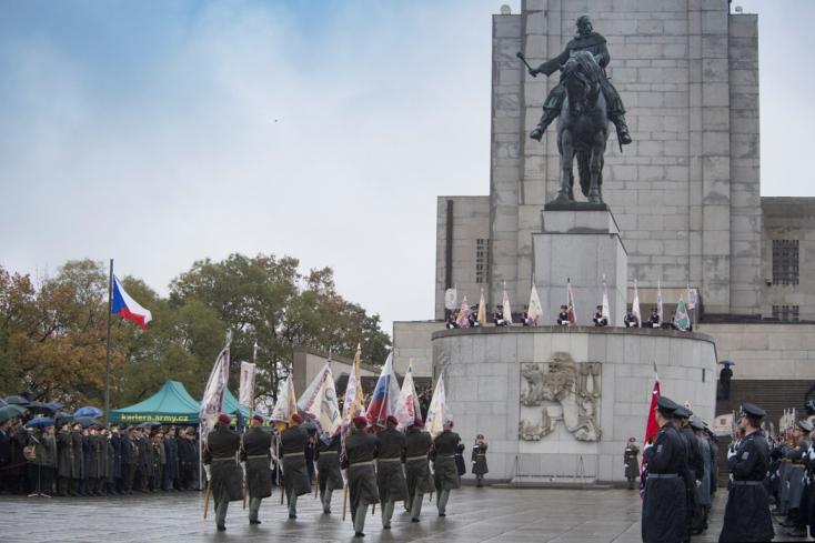 Katonai díszszemlét tartottak Prágában Csehszlovákia megalakulásának centenáriuma alkalmából