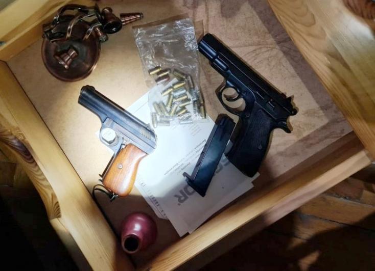Drograzzia: kábítószert és fegyvereket találtak a 27 éves dílernél (FOTÓK)