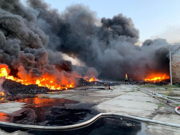 Reggelre sikerült eloltani az Érsekújvár mellett lángoló gumiabroncsraktárat