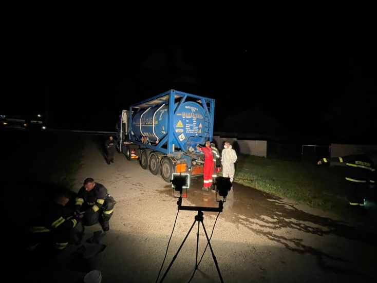Nyolcszáz liter sav folyt ki egy ciszternás kamionból