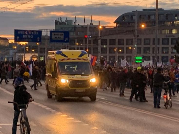 Két sérültet kellett ellátni a keddi pozsonyi tüntetés során, Mikulec büszke a rendőrökre