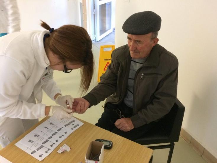 Vércukorszintet mértek a cukorbetegek világnapján a dunaszerdahelyi kórháznál (FOTÓK)