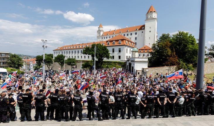Egyre nő a tüntető tömeg a parlament épülete előtt, a rendőrök is többen vannak
