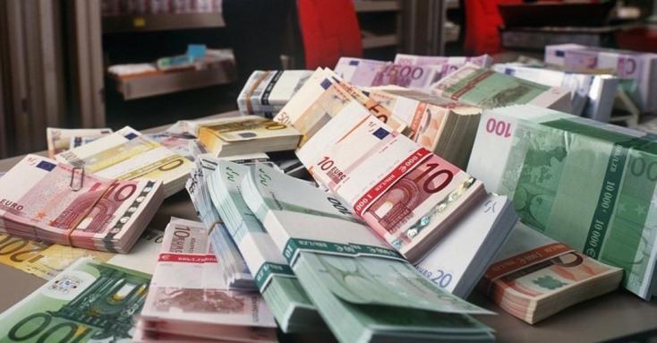 Magas rangú állami hivatalnok hagyta a 300 ezer eurót tartalmazó kézitáskát a benzinkúton!