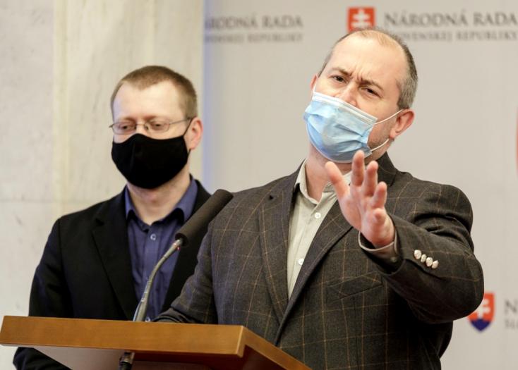 Kotlebáék feljelentették a tiszti főorvost, amiért engedte a képviselőknek, hogy fertőzötten is ülésezzenek