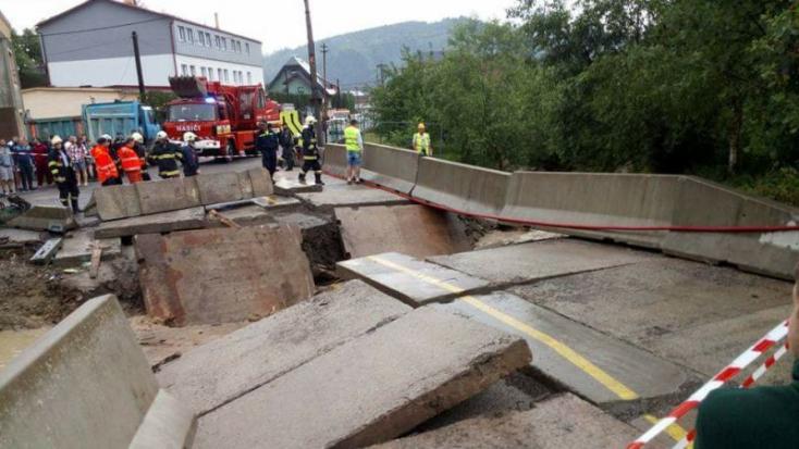 Rendkívüli helyzet: Leszakadt egy híd a felhőszakadás miatt (FOTÓK)