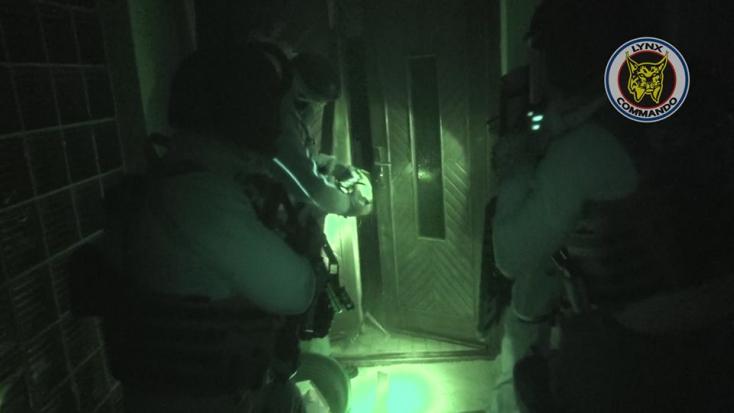 Így hatoltak be a rendőrök a gútai házba (FOTÓK)