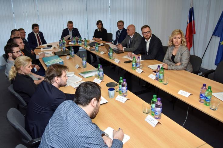 KORONAVÍRUS: Három gyanús esetet vizsgálnak Szlovákiában, Pellegrini szerint érdemes megfontolni a külföldre utazást