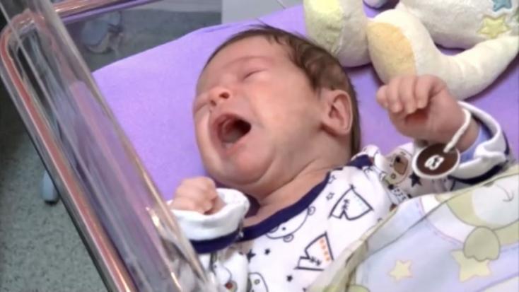 Néhány hetes csecsemőt helyeztek el a babamentő inkubátorban