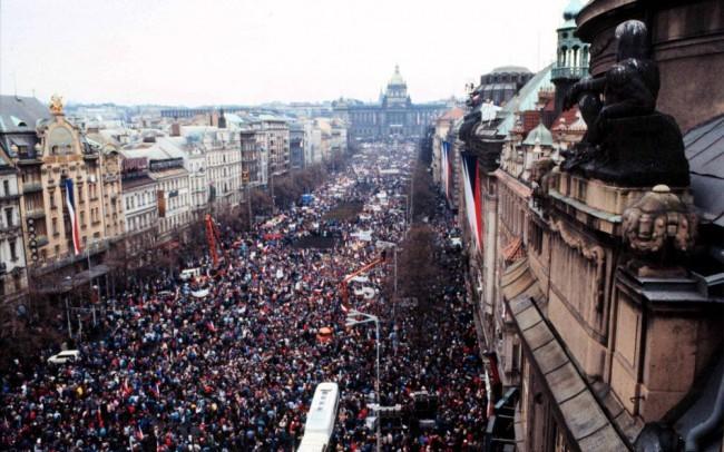 1989: November 17-e a totalitárius hatalommal szembeni ellenállás jelképévé vált
