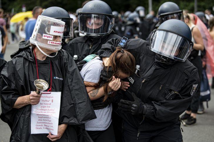 Berlinben ezrek tüntettek a kormány korlátozó intézkedései ellen