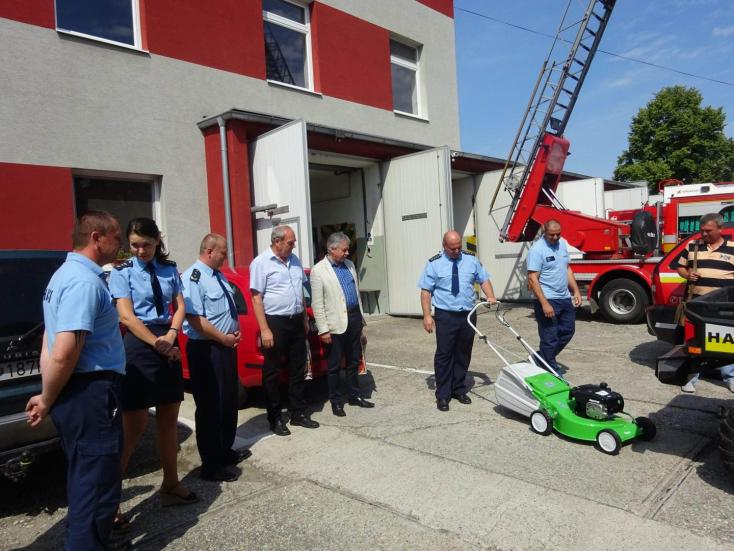 Ajándékkal lepte meg a tűzoltókat Nagymegyer polgármestere
