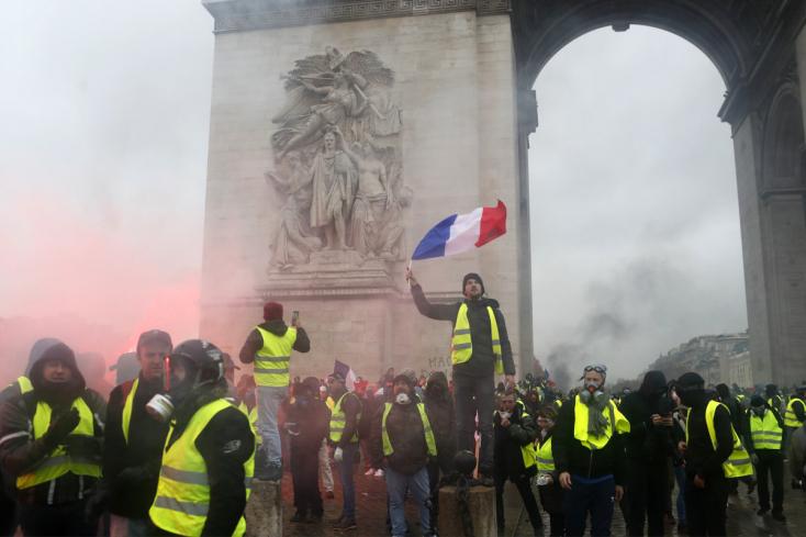 Francia zavargások - A baloldali ellenzék bizalmatlansági indítványt terjeszt be a kormány ellen, a szakszervezetek nyugalomra intenek