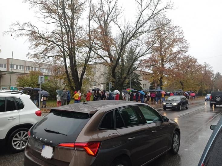 Kígyózó sor volt ma a dunaszerdahelyi kórház előtti mintavételi ponton (FOTÓK)
