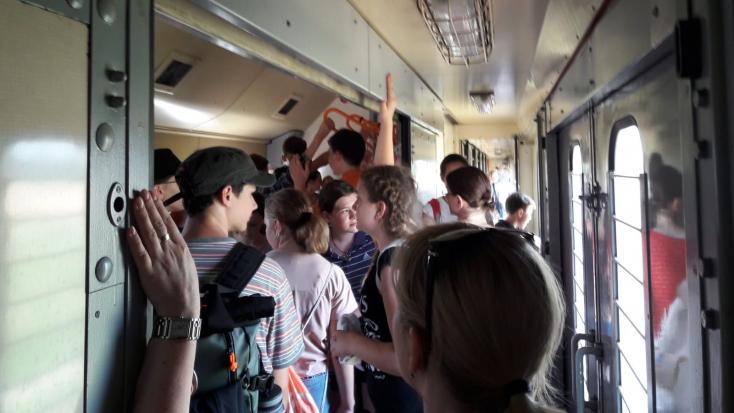 Több diák rosszul lett, miután postavagonban, összezsúfolva utaztatták őket a kánikulában