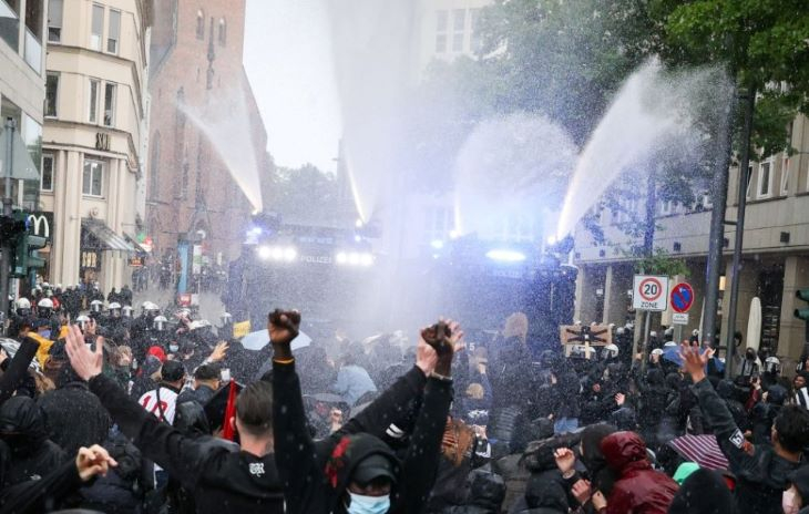 Hollandiában zavargások törtek ki a kijárási tilalom bevezetése miatt