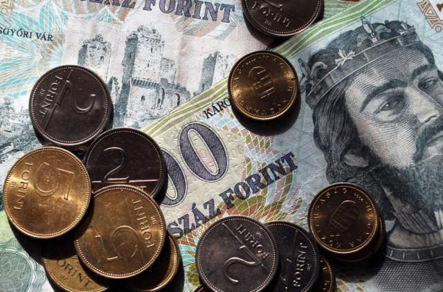 Újabb mélyponton a forint - 1 euró már több mint 330 forint