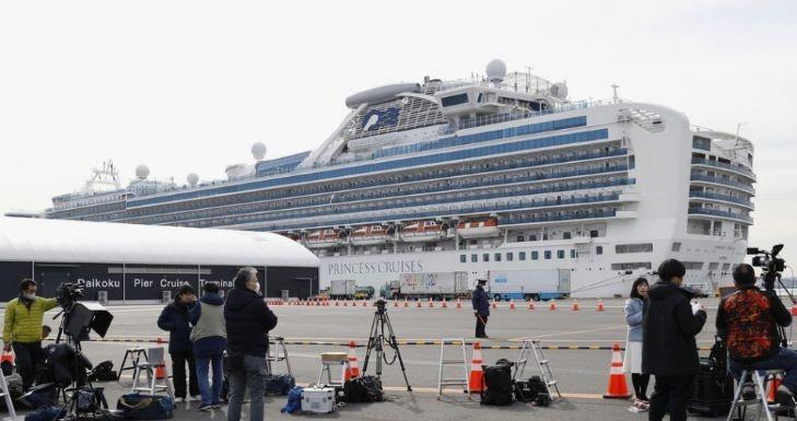 Evakuálják az idős utasokat a japán partoknál veszteglő hajóról