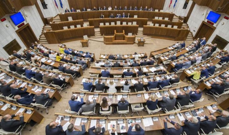 Tizennyolc képviselő megszegte a koalíciós szerződést - együtt szavaztak Kotlebáékkal