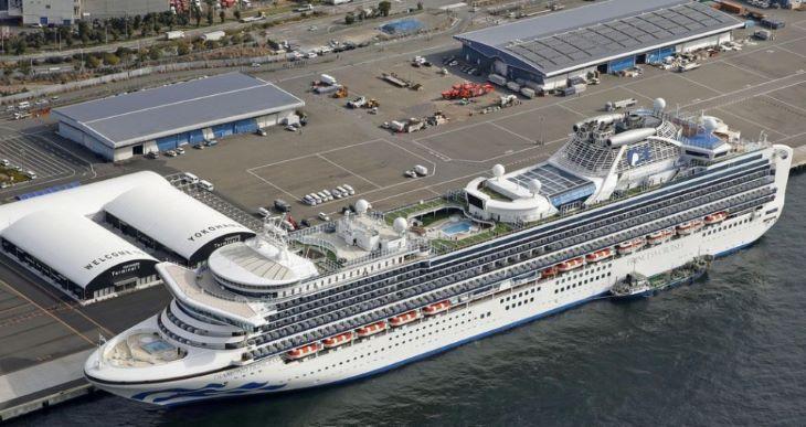 Megkezdték az amerikaiak evakuálását a koronavírus miatt karanténba helyezett óceánjáróról