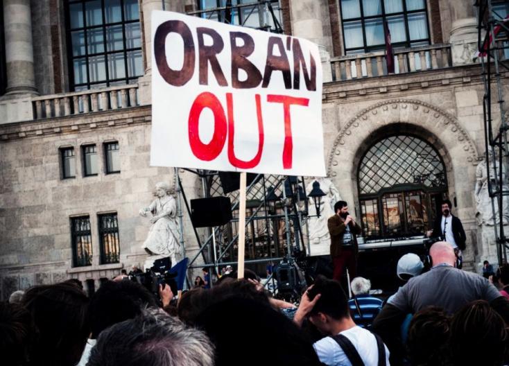 """""""Nem adjuk a jövőnk, itt maradunk!"""" – megint tüntettek Orbánék ellen Budapesten"""