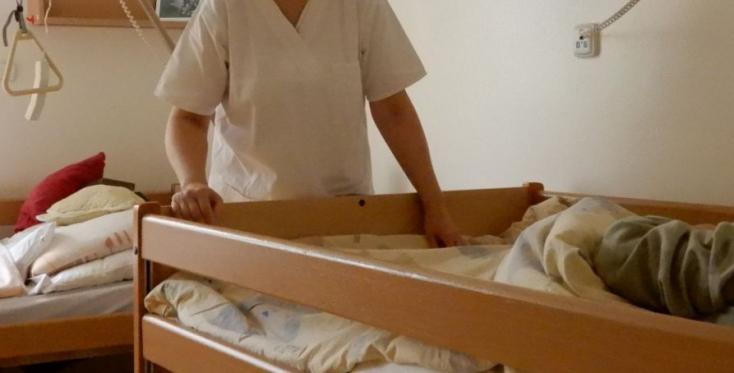 Rábólintott a kormány a hosszan tartó beteggondozásról szóló törvényre, az utógondozást már a beteg otthonában végezheti a nővér