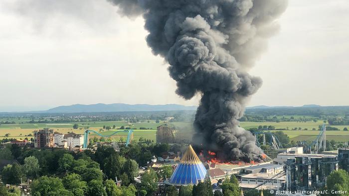Tűz ütött ki Németország legnagyobb élményparkjában, hét tűzoltó megsérült
