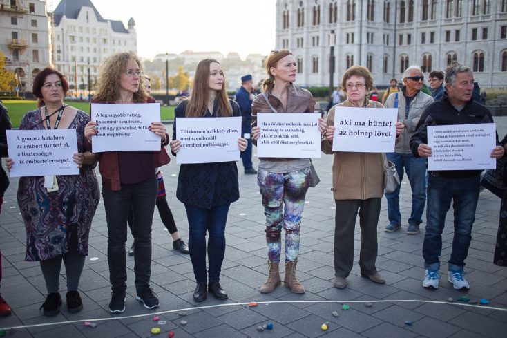 Kortárs magyar írókkal tüntettek több százan Budapesten, amiért Orbánék hétfőtől szigorúan büntetik a hajléktalanságot
