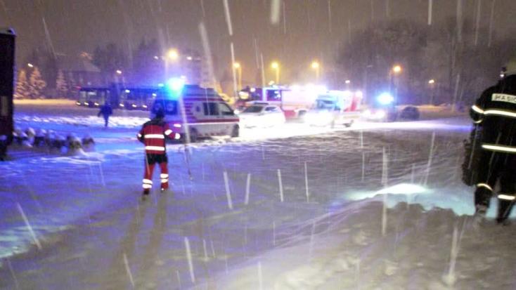 Megcsúszott a havas parton, a jeges folyóba esett egy férfi