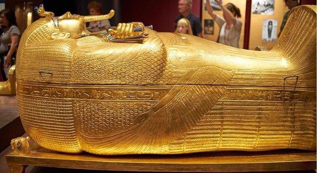 Bemutatták Tutanhamon felújítás alatt álló külső aranyozott fakoporsóját