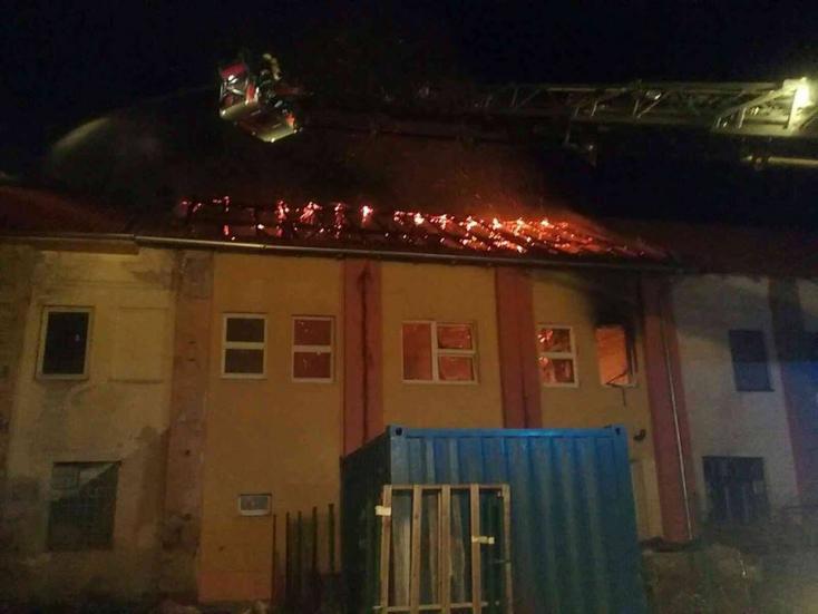Kigyulladt egy épület, 40 személyt evakuáltak a szomszédos szállóból