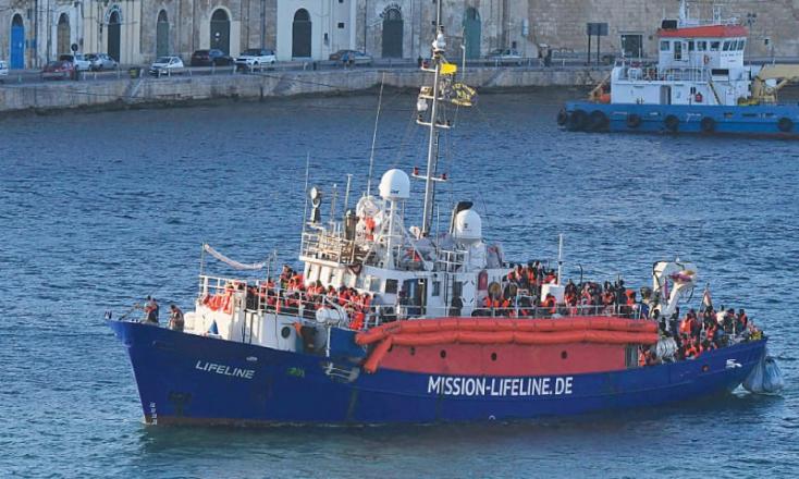 Egy civil hajó az olasz tiltás ellenére elindult a partok felé