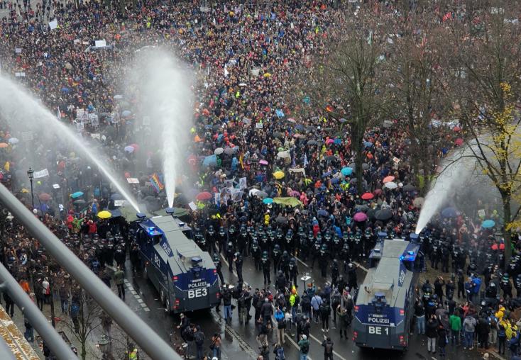 Hetvenhét rendőr sebesült meg a korlátozások elleni tüntetésen Berlinben