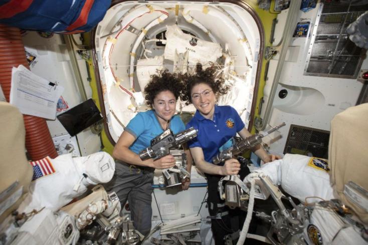 Megkezdődött a NASA első, kizárólag női űrsétája