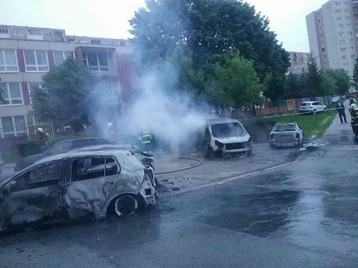 Tizennégy autó lángolt hajnalban – hatalmas a kár (FOTÓK)