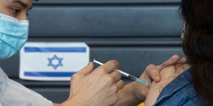 Megtízszerezte az oltottak védelmét a harmadik oltás Izraelben