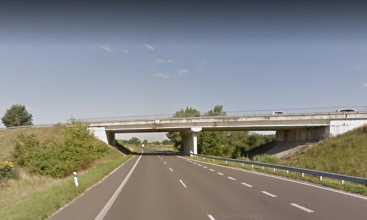 Idős nő ugrott le egy hídról a 63-as főútra Dunaszerdahelynél, a kórházban életét vesztette