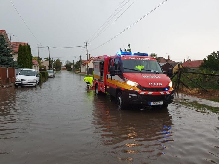 Tombolnak a zivatarok a Csallóközben, másodfokú árvízriasztás a Dunaszerdahelyi járásban (VIDEÓ)