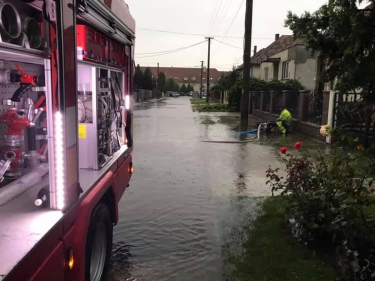 Elárasztotta a csapadékvíz a csallóközi utcákat (FOTÓK)