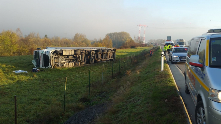 Elaludhatott a kamionsofőr, lehajtott az útról és felborult a jármű