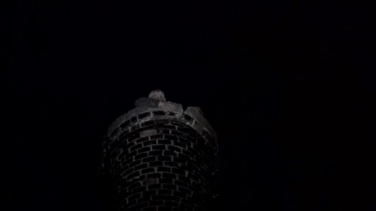 Nem akart lemászni a fickó a 30 méteres kéményről – pizzát, cigit és alkoholt követelt
