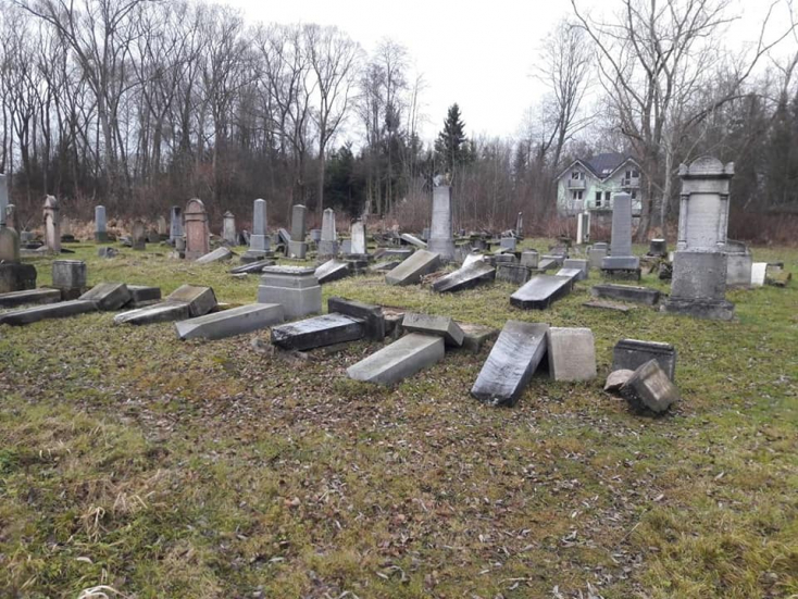 KEGYETLEN: Vandálok pusztítottak a zsidótemetőben, óriási a kár
