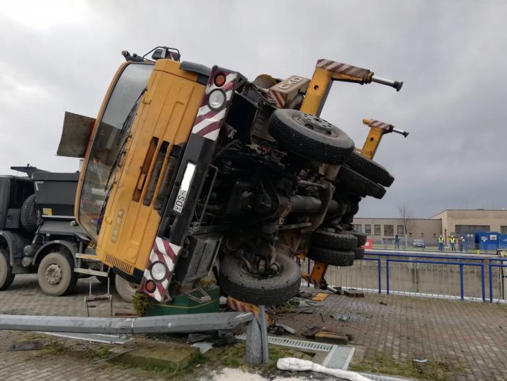 Felborult egy darus kocsi a bősi vízerőműnél, megsérült egy munkás
