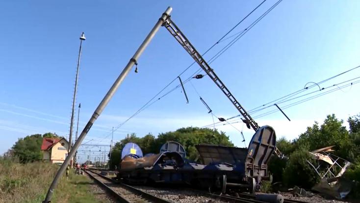 Egy tehervonat 11 vagonja siklott ki, több mint 1 kilométeres szakaszon okoztak károkat